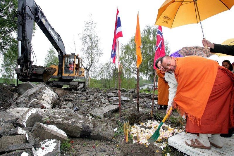 SNART NYTT TAK OVER HODET: Byggingen av landets første thailandske buddhisttempel er i gang. Det første spadetaket sto den buddhistiske munken Phrakruvitetdhammavitit, og fikk hjelp av Boonrong Pongstiensak fra Den thailandske ambassade. FOTO: KAY STENSHJEMMET
