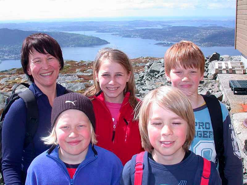 Magnus Sandøy (11), Kristian Hole (11) foran, og bark Andrine Sandøy (38), Martine Sandøy 813) og Martin  Eeg Nilsen (11) er storfornøyd på Rundemanen: - Tilsammen har vi bare ett eneste gnagsår! (Foto: Tove Gulbrandsen)
