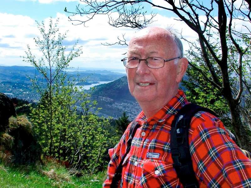 Alf E. Riple (72) går fast med pensjonistgraupen til Bergen Turlag hver onsdag. Her på vi mot Brushytten. Det er 18. gangen han går 4-fjellsturen.              (Foto: Tove Gulbrandsen)