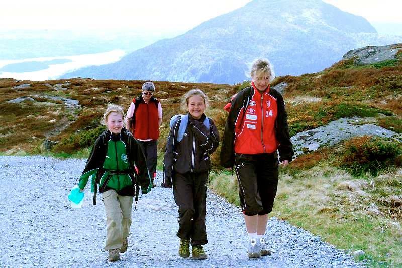 De yngste er sprekest. Hanne Angeltveit (10), Kaia Valvatne (10) og Doris Gundersen (40) nesten oppe på Rundemanen. (Foto: Tove Gulbrandsen)