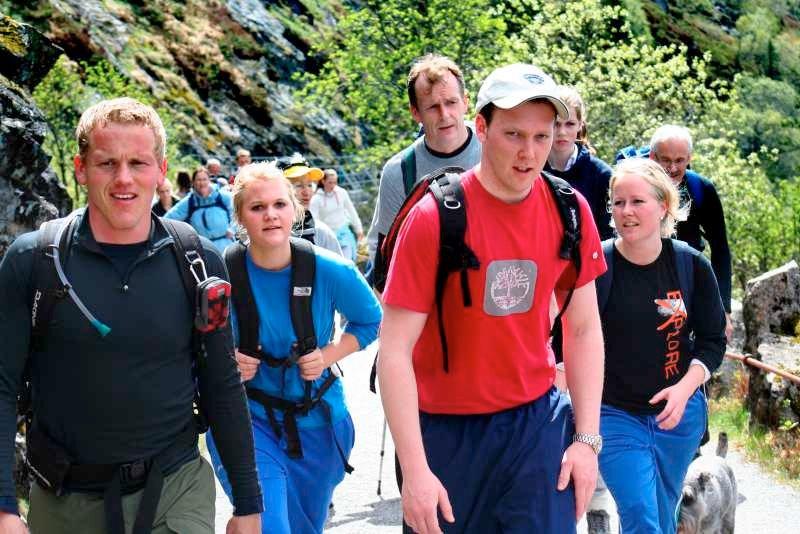 - Vi er på, kall det, date-tur, fniser Knut Andreas Østervik (26), Hilde Brandal (22), Julie Bråtveit (22) og Ole Martin Sandvik (23) på oppstigningen mellom Brushytten og Rundemanen.  (Foto: Tove Gulbrandsen)
