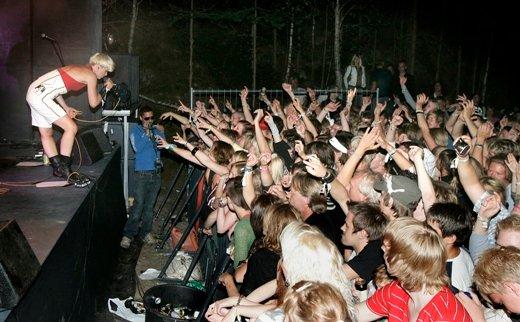 Surferosas vokalist frir til publikum. (Foto: OLE-JOHNNY MYHRVOLD)