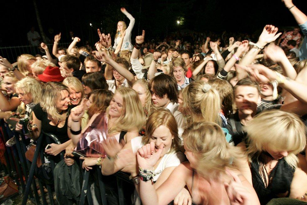 Det var mildt sagt god stemning på Audunbakkenfestivalen. Over 800 personer hadde tatt turen dit på lørdag. Pluss alle de som snek seg inn gjennom skogen.BILDER: OLE-JOHNNY MYHRVOLD (Foto: OLE-JOHNNY MYHRVOLD)