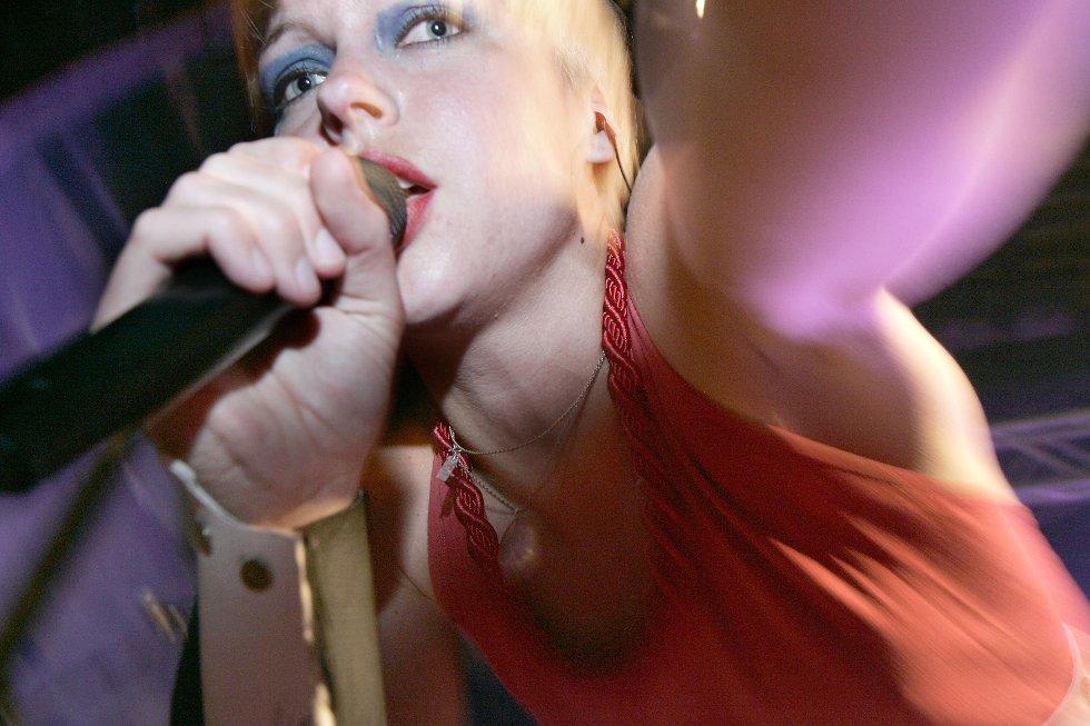 Surferosas fargerike vokalist moret seg selv ved å lugge peppers fotograf. (Foto: OLE-JOHNNY MYHRVOLD)