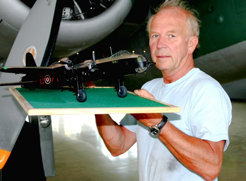 FLYMODELL: Her viser flyhistorikeren Roar Glenne fra flymodellen.