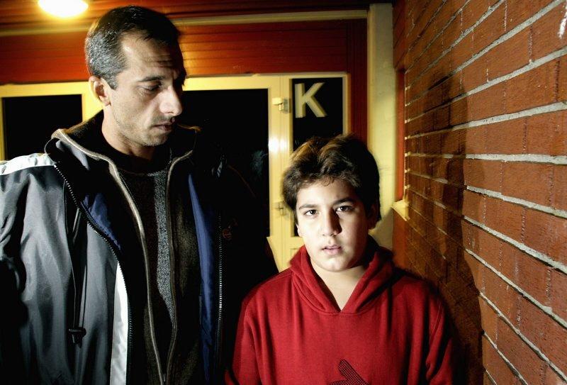 OPPRØRT: Daniel Heidareih og sønnen Armin mener en ansatt ved Åsen skole tok altfor hardt i da han skulle roe gemyttene etter en uoverensstemmelse mellom Armin og et par medelever. FOTO: STURE VAREIDE