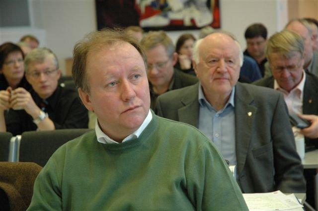 FORNØYDE: Fylkesleder Erik Seem(foran)var godt fornøyd med at Sp-årsmøtet enstemmig ønsker foretak framfor aksjeselskap. Bak fylkesordfører Erik Bartnes som var arkitekt for forslaget.