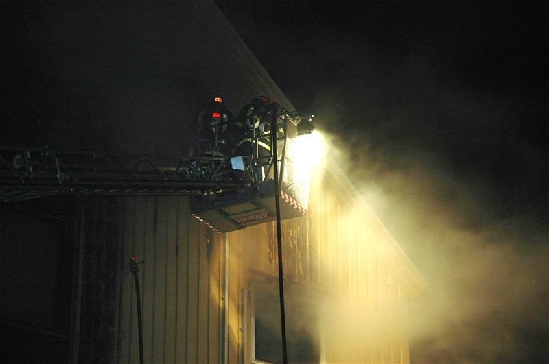 Brannmannskap forsøker å slukke brannen i Marstrands gate. (Foto: Bjørn Hansen, Tidens Krav)