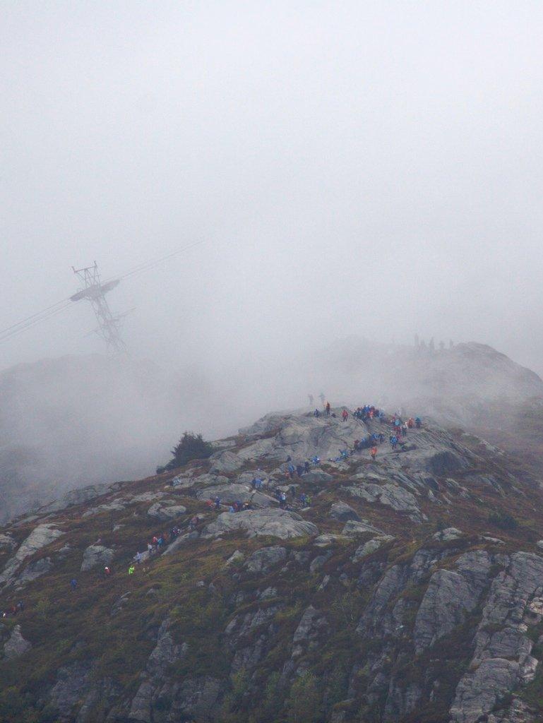 7-fjellsturen sett fra luften. Grått mot toppen av Ulriken. Ulriksbanen i skoddehavet i bakgrunnen (20.05.2007). (Foto: Pål Bentdal/Svein-Jørgen Wiken)