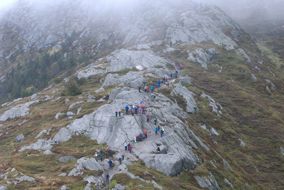 7-fjellsturen sett fra luften. Ellers i året er det vanligsvis rikelig med plass på disse stiene. Men på denne dagen er det kø (20.07.2007). (Foto: Pål Bentdal/Svein-Jørgen Wiken)