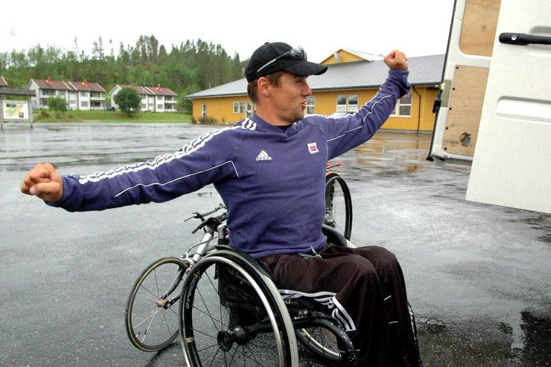 OPTIMIST: ? Folk har respekt for folk i rullestol. Det gjør ting mer lettvint for oss, sier Roger Johansen. Her tar han en strekk på legemet før treningstur langs riksveien.