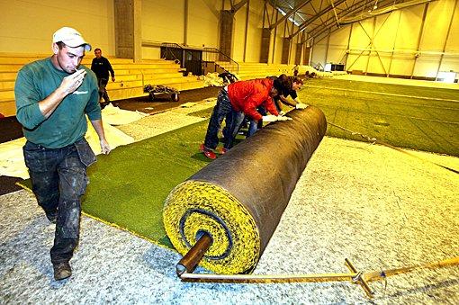 RULLES UT: Gresset i den nye storhallen i Lillestrøm rulles ut i disse dager. (Foto: Kay Stenshjemmet)