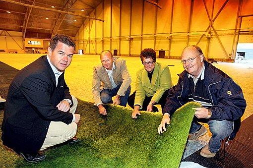 KONTROLERER: Halvor Danielsen (Nordea) t.v,  Robert Lauritsen (LSK), Trine Ullereng (Lillestrømbanken) og Per Mathisen sjekker ut det nye gresset. (Foto: Kay Stenshjemmet)