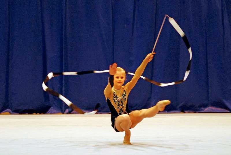 Vilde Fitjar Lunestad (13) fra Bergen Turnforening var fornøyd med helgens opptreden i den internasjonale vennskapsturneringen i rytmisk gymnastikk. Her er hun i finalen i vimpel i juniorklassen.