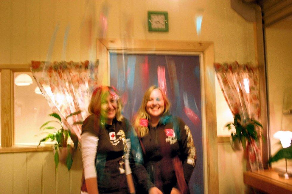 DUSJER I KONDOMER: Anine Kongelf (til venstre) og Jeanette Bredsten er sikre på at smittetallene seksuelt overførbare sykdommer kan reduseres hvis ungdom blir mer bevist på hva de utsetter seg for.     FOTO: Marit Ringstad