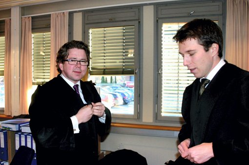 USKYLDIG: Advokatene Johnny Veum (t.v.) og Petar Sekulic forsvarer Eilert Støen.