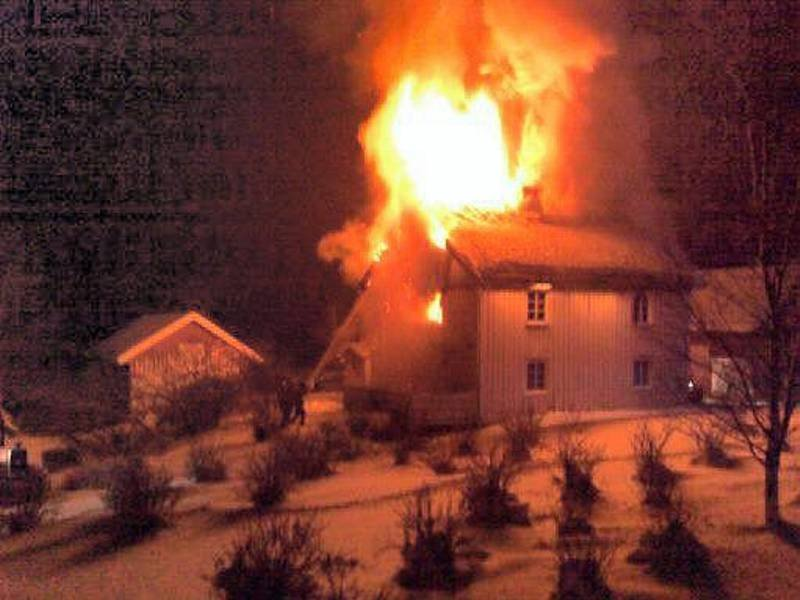 BRANN PÅ EINA: En eldre gårdsbygning stod natt til søndag i brann i området ved Eina kirke.FOTO: MARIUS MYKLESET