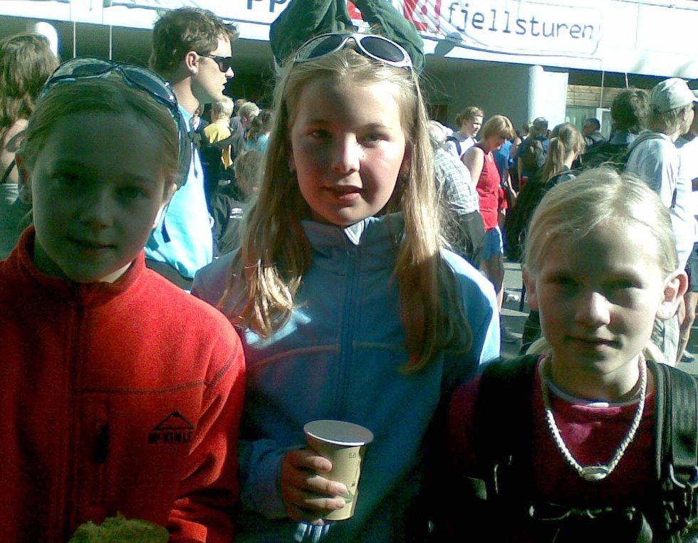 Mina Hauge Nøstvedt, Madelene Brattli Eidessen og Ingeborg Kristin Irtun Moe (alle 11 år) skal gå 4-fjellsturen. Her er de ved start på Årstad videregående skole (25.05.2008). (Foto: Tove Gulbrandsen)