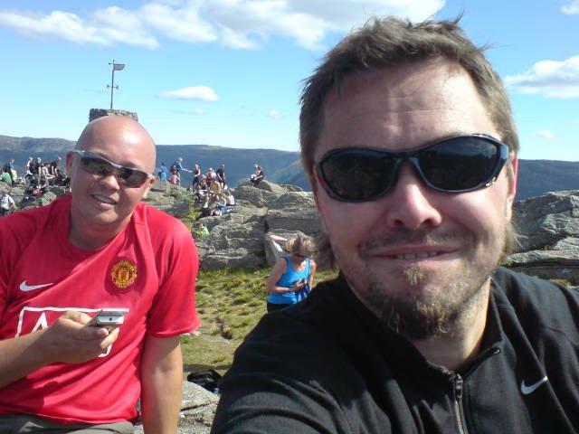 To ansatte i A-pressen, Bjøre Eidissen og Bjørn Tore Lysnes, på toppen av Løvstakken under 7-fjellsturen (25.05.2008). (Foto: Bjørn Tore Lysnes (MMS))