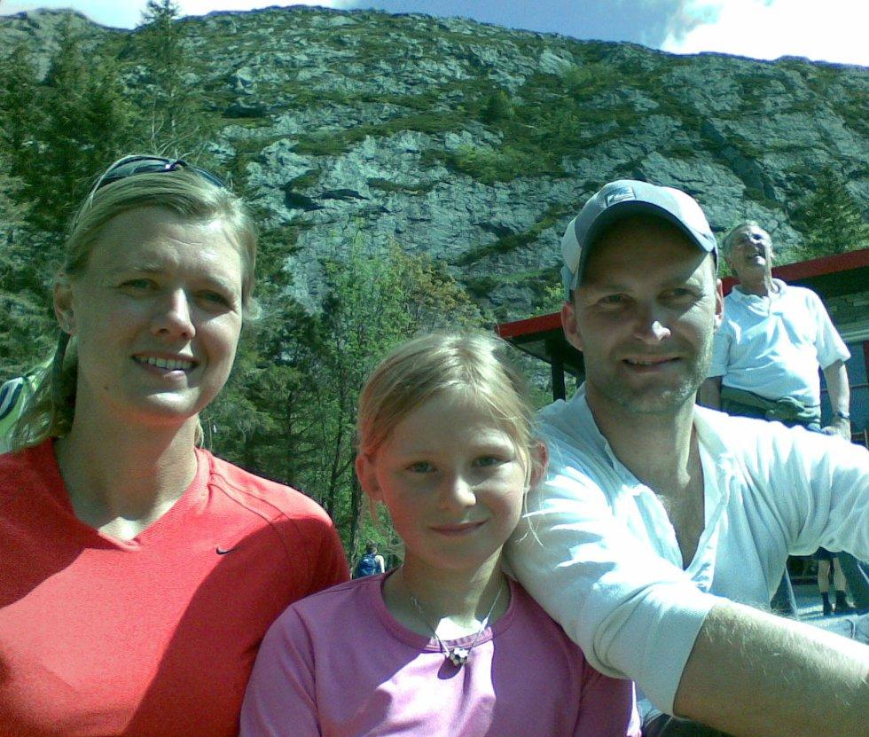 Solfrid Mykland, Anne Mykland Falkgård og Fredrik Falkgård på Brushytten på Fløyfjellet (25.05.2008). (Foto: Tove Gulbrandsen)