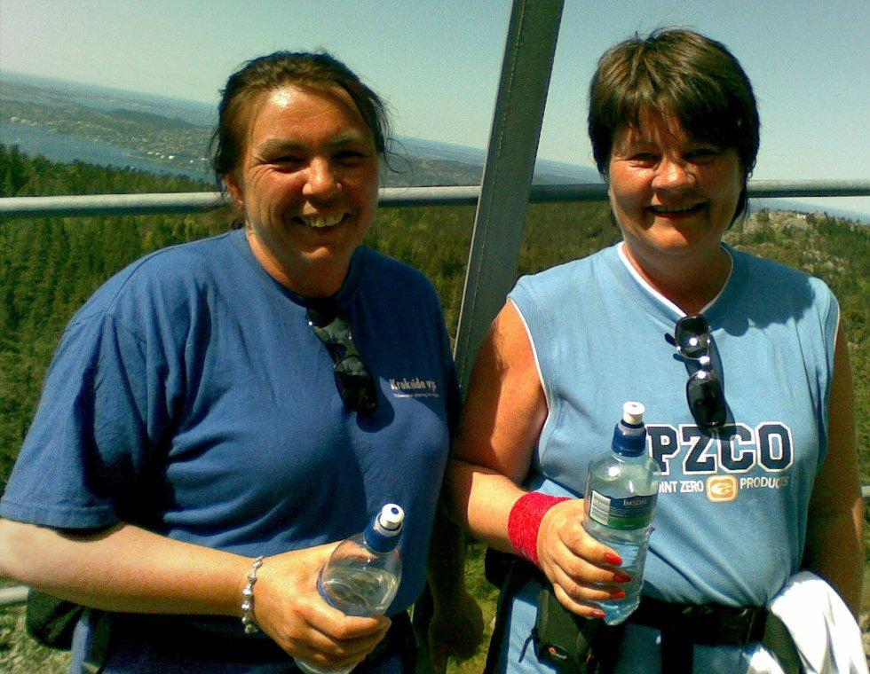 Norma Gjerde og Amy Pedersen er med på 7-fjellsturen. - Tungt og deilig, sier de. Her tar de en liten pust i bakken (25.05.2008). (Foto: Tove Gulbrandsen)