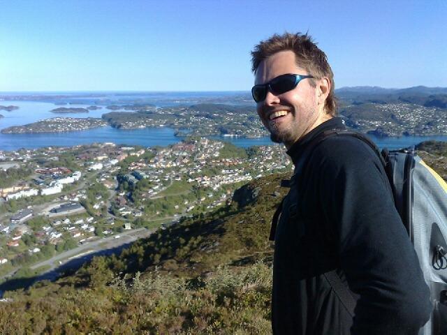 BA-ansatte Bjørn Tore Lysnes er med på 7-fjellsturen. Her smiler han lykkelig over å være kommet seg opp på Lyderhorn (25.05.2008). (Foto: Børje Klæboe Eidissen (MMS))