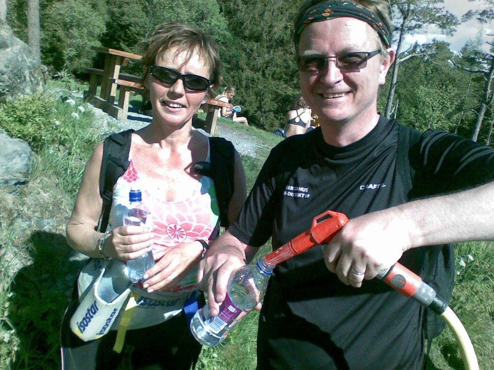 Arne Lie og Heidi Nystad fyller vann på Fløyen. (Foto: Tove Gulbrandsen)