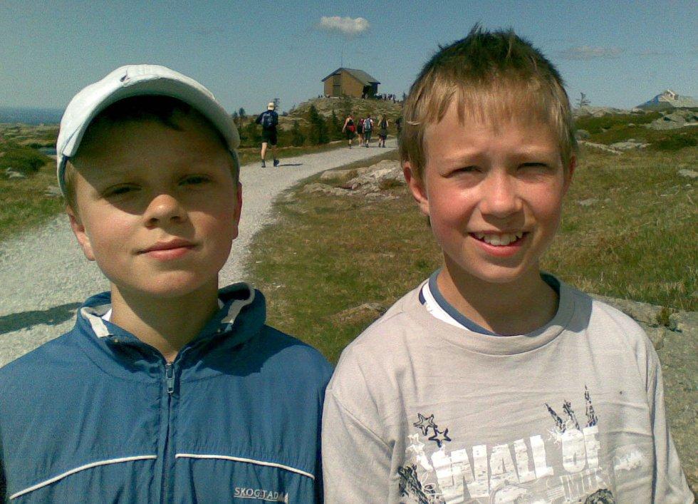 Karsten Standnes og Erlend Haugland (begge 12 år) på Rundemanen (25.05.2008). (Foto: Tove Gulbrandsen)