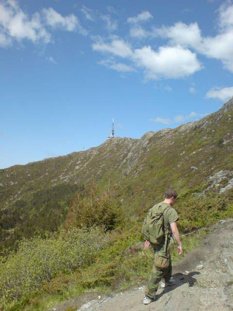 Der oppe venter Ulriken. Men det er bare én av syv topper for deltakerne på 7-fjellsturen (25.05.2008). (Foto: Bjørn Tore Lysnes (MMS))
