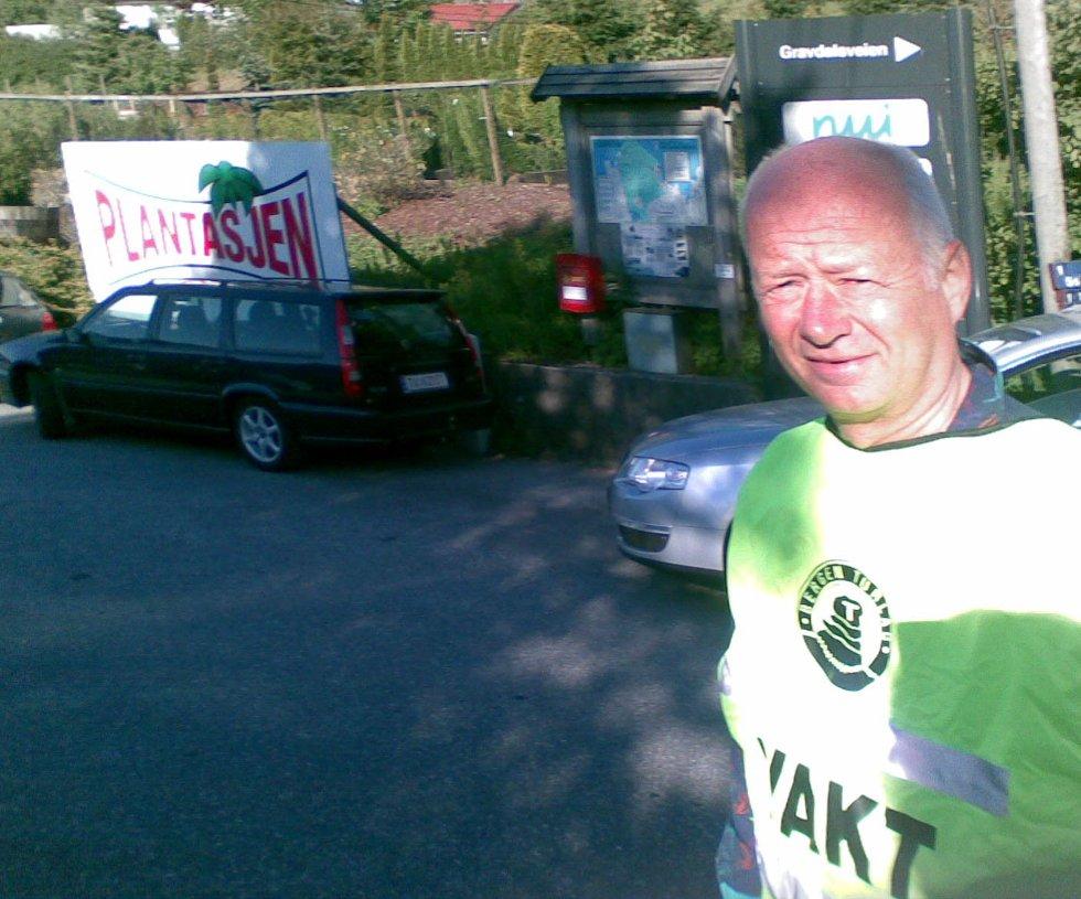 Allerede klokken 0650 var det svar av folk her, forteller parkeringsvakt for Turlaget, Steinar Olsen, som står ovenfor Nutec i Gravdalen (25.05.2008). (Foto: Tove Gulbrandsen)