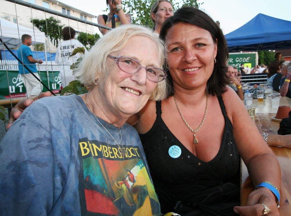 78 år gamle Berit Liband fra Oslo har hele 13 bluescruise på samvittigheten, og hvalfarter bluesfestivaler i hele lande denne sommeren. Sist onsdag flyttet hun til Oslo etter å ha bodd i Seattle i USA i 57 år. Hun hadde knapt landet før hun tok turen til Drøbak Blues Festival. ? Hun er nok den eldste på hele festivalen, smiler Libands nye og gode venninne Ellen Pettersen.