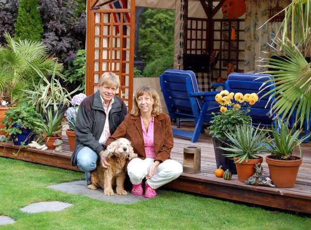 Hageoase: Anne og Hans Peter Norløff storkoser seg i sin avslappende og eksotiske hage i Sverresgate. De kunne ikke tenke seg å bo et sted uten hage. (Foto: Inger Lene O. Steen)