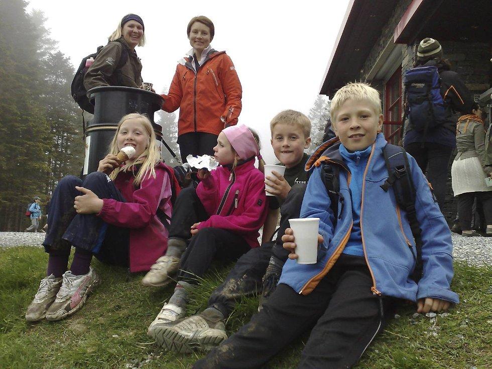 Foran fra venstre: Lisa Heimnes, Ingrid Vangen, Henrik Hagesæter og Andreas Heimnes. Bak fra vestre: Jannicke Heimnes og Randi Elin Bakke. Her slapper de av ved Brushytten under 4-fjellsturen. (Foto: Eirik Hagesæter)