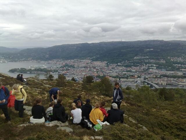 Mange nyter medbrakt mat på Damsgårdsfjellets topp ved 1130-tiden (24.05.09). (Foto: Stian Espeland)