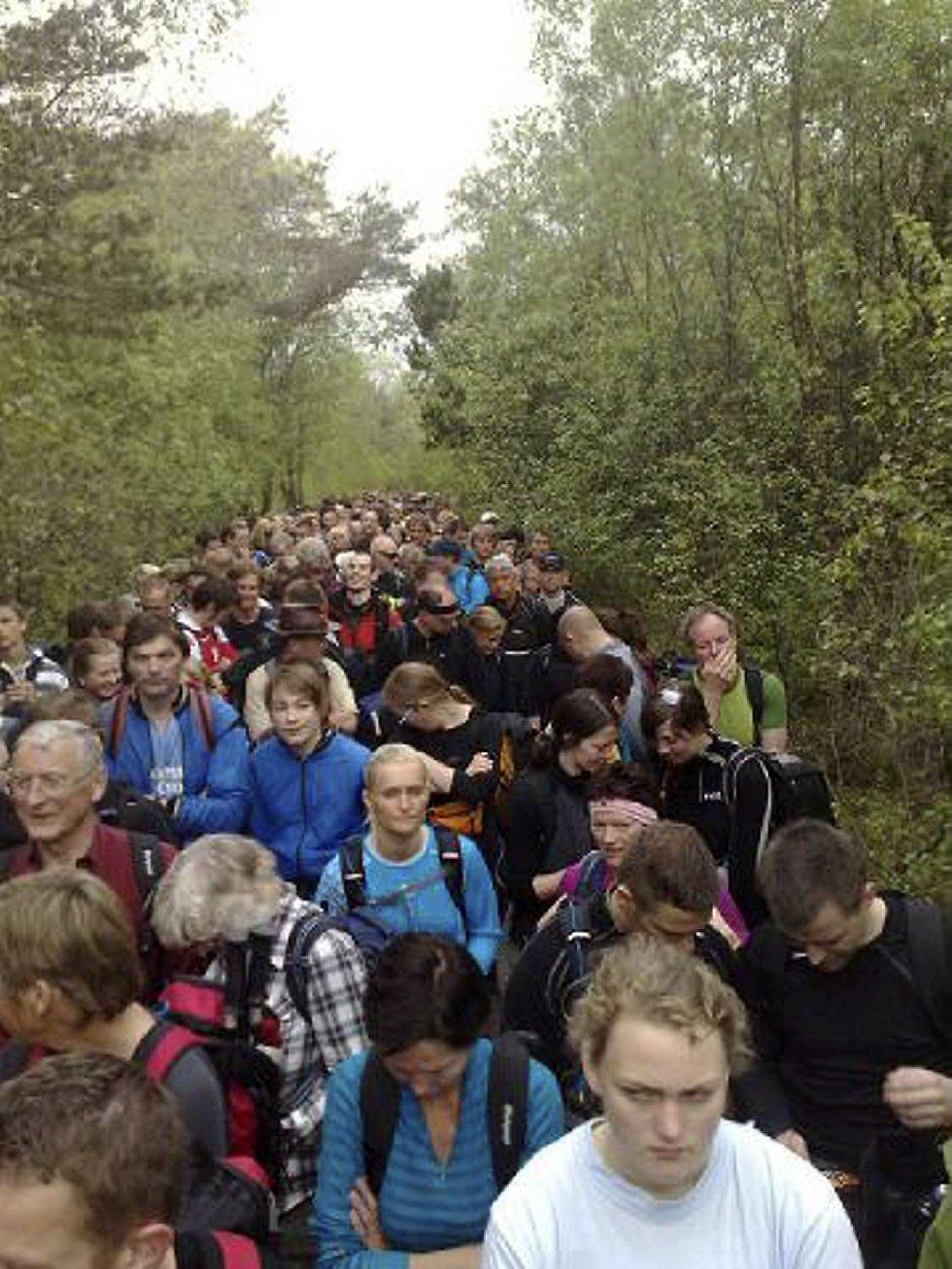 Folk gikk i kø opp mot Lyderhorn søndag morgen (24.05.09). (Foto: Stian Espeland (MMS))