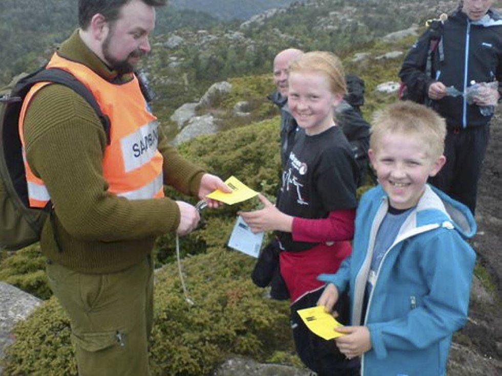 Hannah Eline Leganger Solsvik (10) og broren Ruben (8) på Damsgårdsfjellet under 7-fjellsturen. Her får de klipp på kortene sine. (Foto: Ann Kristin Leganger Solsvik)