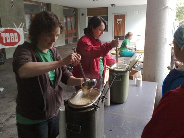 Mona Skogstrand og Merete Bauge deler ut styrkesuppe.  (Foto: Stian Espeland)