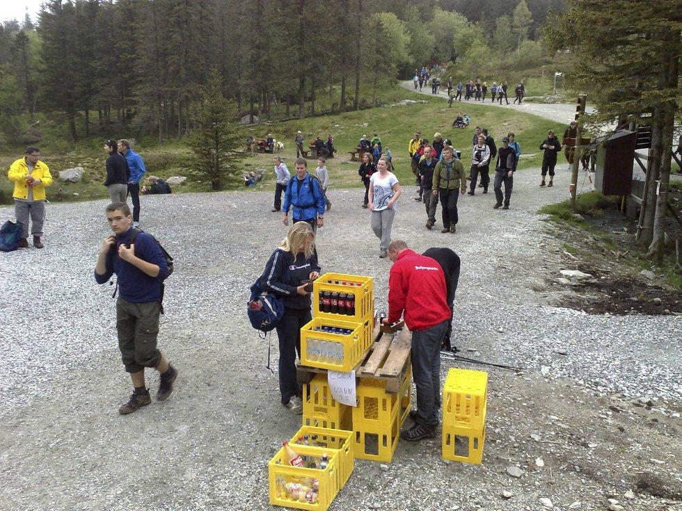 Her kommer deltakerne til Brushytten på vei mot Rundemannen (24.05.09). (Foto: Eirik Hagesæter)