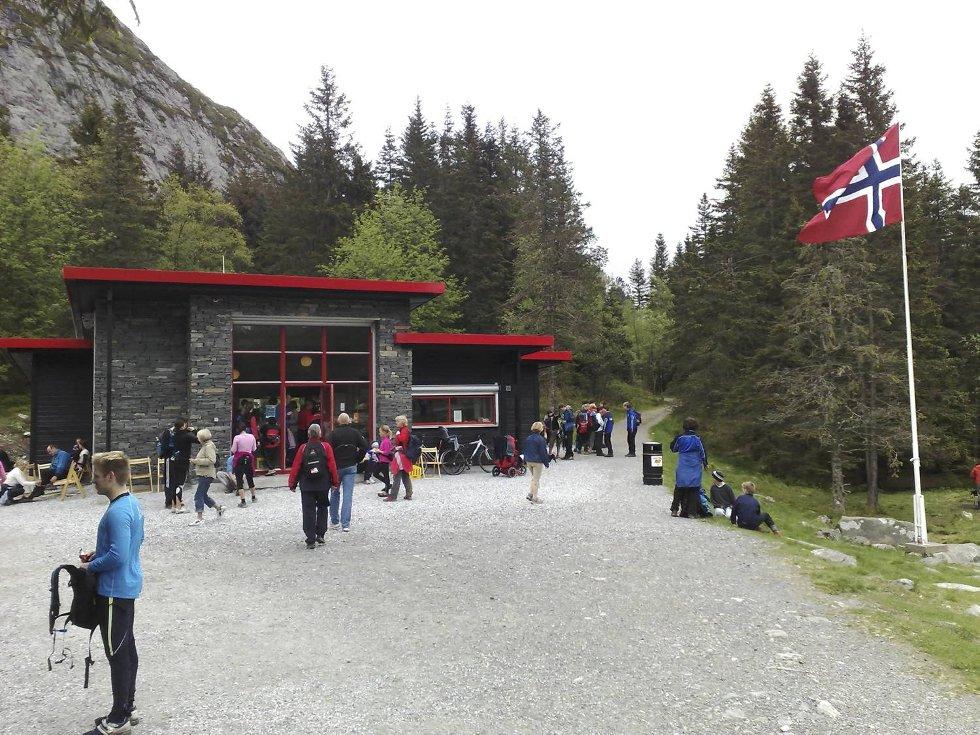 Travelt på Brushytten under 7-fjellsturen (24.05.09). (Foto: Eirik Hagesæter)