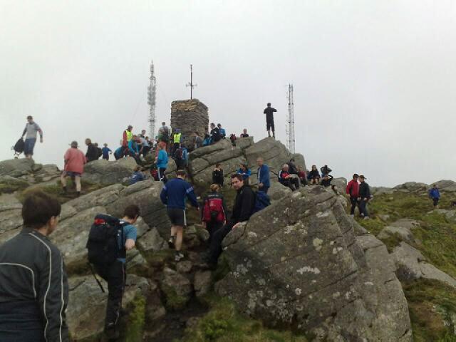 Folksomt på Løvstakken under 7-fjellsturen i dag (24.05.09). (Foto: Stian Espeland (MMS))