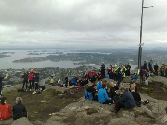 - Vindfult, men god stemning på toppen av Lyderhorn, sier BA-journalist Stian Espeland.  (Foto: Stian Espeland (MMS))
