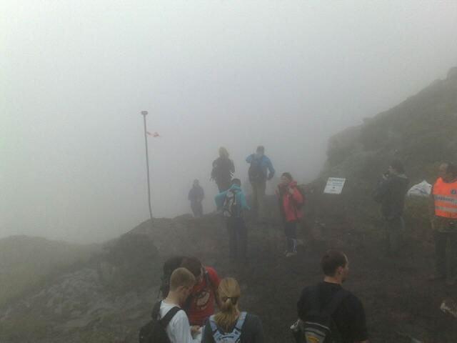 Mye tåke og ingen utsikt på Ulriken, men deltagerne ser seg ikke tilbake. De vil videre (24.05.2009).              (Foto: Stian Espeland)