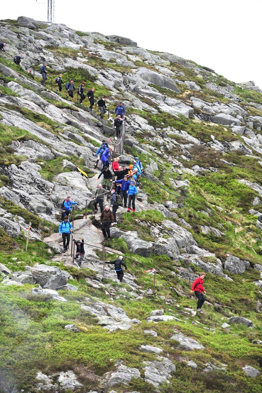 Folk på vei ned fra Ulriken under 7-fjelllsturen (24.05.2009). (Foto: Magne Turøy)