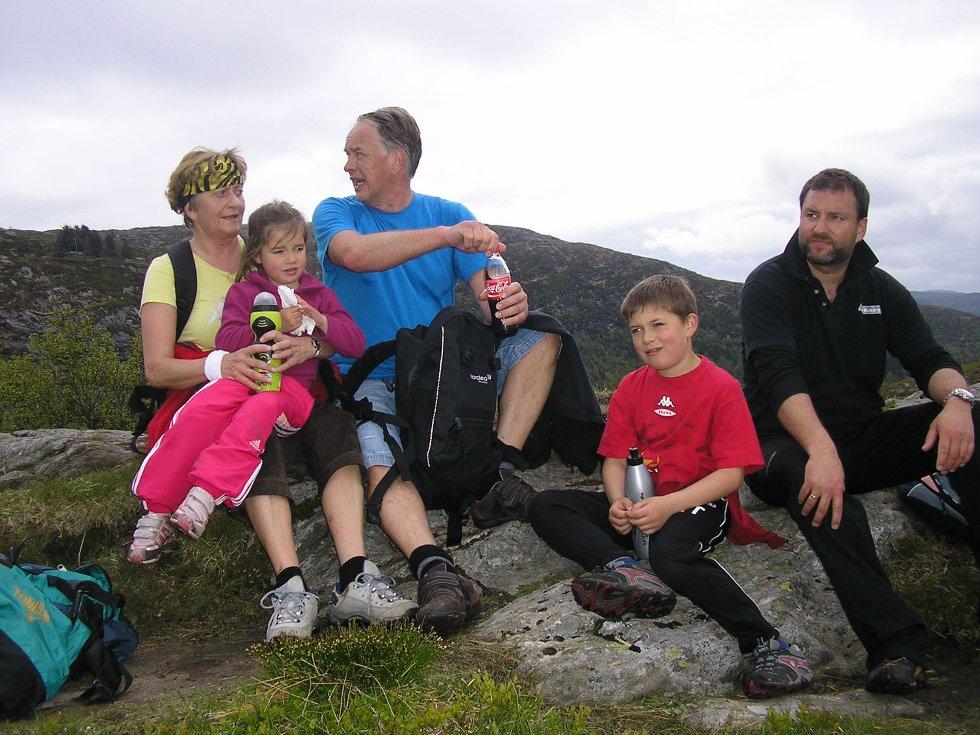 Annike, 4 år, og Jørgen, 8 år, gikk firefjellsturen sammen med mormor, morfar, far og mor. Her har de en liten pause og nyter utsikten fra Ulriken (24.05.2009). (Foto: Anne Kristin Meyer)