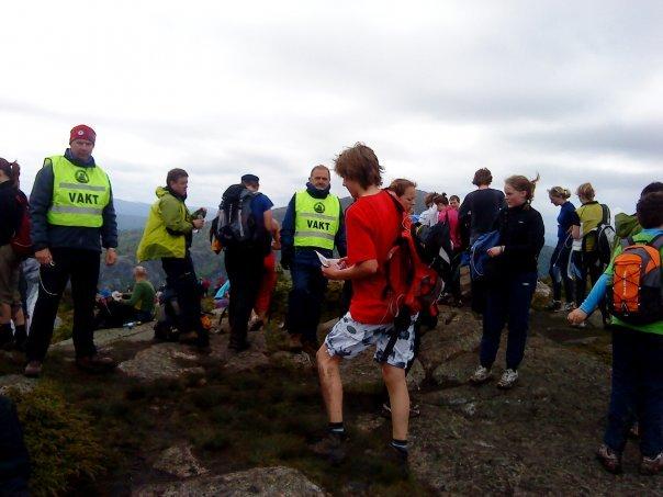 7-fjellsturen. Vakter på fjelltoppene sørget for at sikkerheten be ivaretatt (24.05.2009). (Foto: Patricia Flataker)