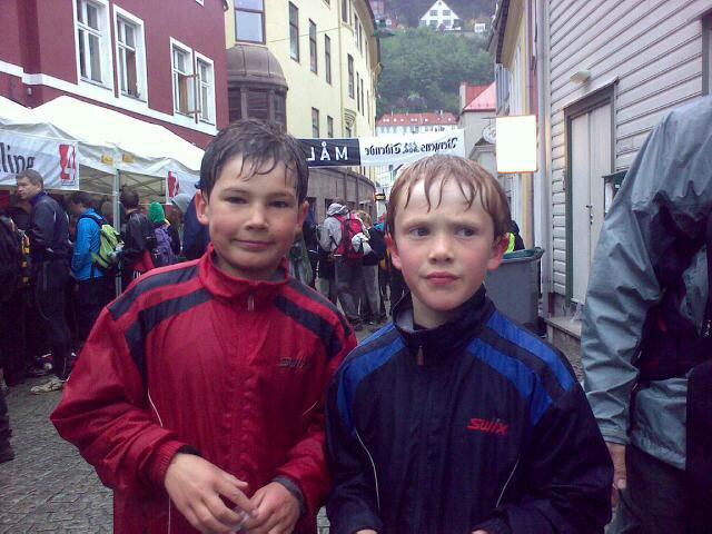 Frederik Seim(9) og Daniel Ludvigsen (8) vel i mål etter 12 timer på tur over de 7 fjell! (24.05.2009). (Foto: Privat)