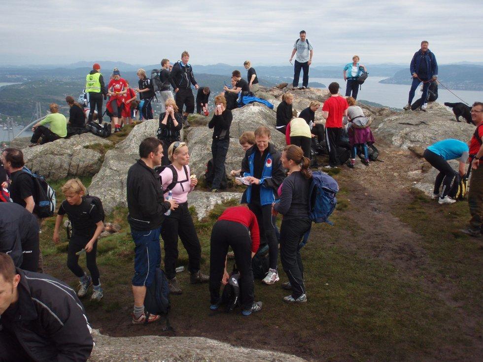 En så lang tur som 7-fjellsturen krever pauser underveis. Folk traff kjente og praten gikk løst. Kanskje stiftet noen også nye bekjentskaper? (24.05.2009). (Foto: John Solberg)
