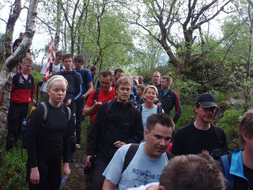 Kø i skogen under 7-fjellturen (24.05.2009). (Foto: John Solberg)