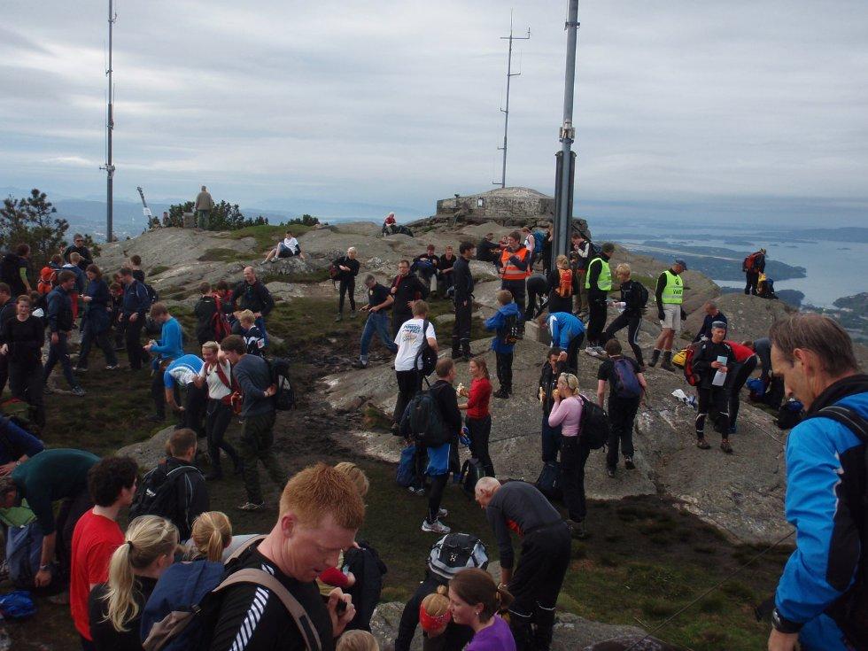 Tett med folk overalt på 7-fjellsturen (24.05.2009). (Foto: John Solberg)