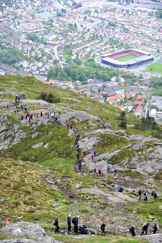 Dårlige værmeldinger stoppet ikke bergenserne. Nesten 8000 fjellvandrere klatret på Ulrikens topp. Fjorårsrekorden ble slått med drøyt 50 deltakere (24.05.2009). (Foto: Magne Turøy)